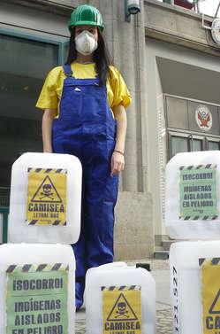 Aktivisten in Berlin, die sich als Ölarbeiter verkleidet haben, überreichten der peruanischen Botschaft einen symbolischen Ölkanister, gefüllt mit 120.000 Namen.