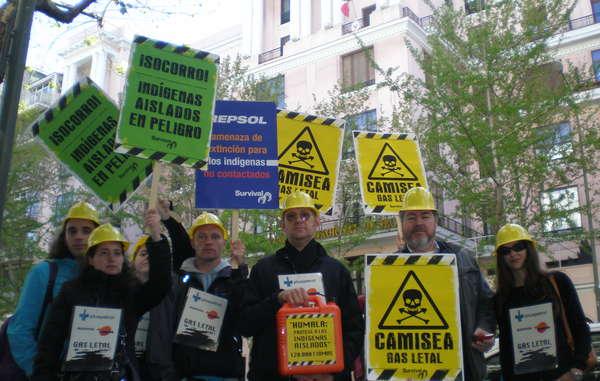 """""""Juan López de Uralde se une a los manifestantes en Madrid, que vestidos como trabajadores de gas entregaron en la embajada de Perú un bidón de gasolina con las 120.000 firmas a favor de los indígenas aislados."""""""