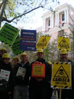 Auch vor der peruanischen Vertetung in Madrid forderten Demonstranten einen Stopp von Camisea.