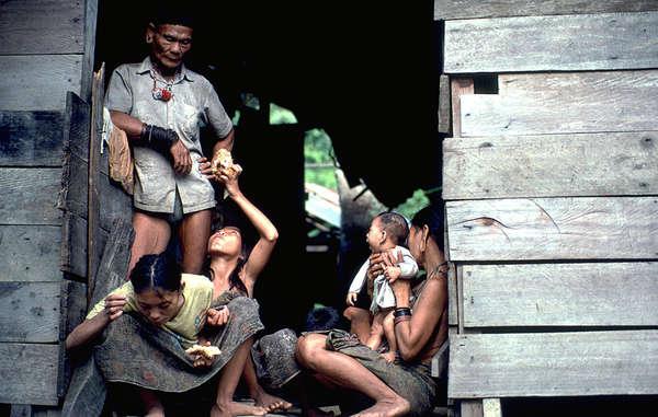 """""""Eine Familie der Penan vor ihrer Hütte. Das Volk war in den malaysischen Medien Objekt mehrerer verleumderischer Berichte."""""""