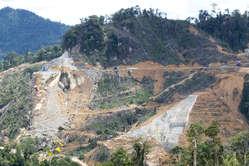 Arbeiten an Dämmen auf dem angestammten Land der Penan © Survival