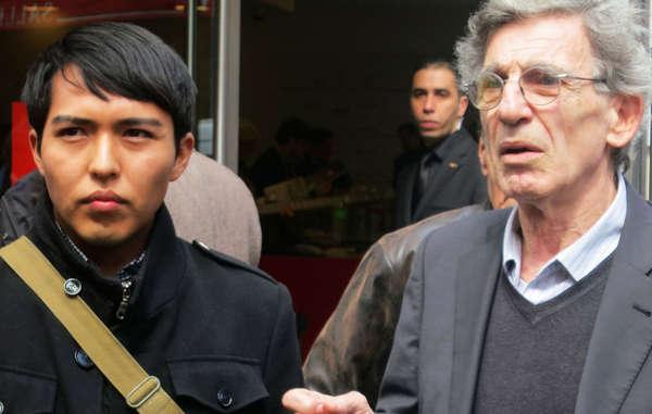 Hopi-Student Bo Lomahquahu und der Direktor von Survival International Frankreich protestierten im April 2013 gegen die Versteigerung von 70 Katsinam.