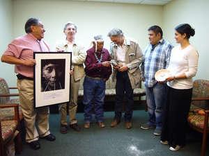 Dopo la restituzione del kachina, gli Hopi e la delegazione si sono scambiati dei regali.