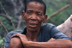 Mitglied der Buschleute, Botswana. © Survival