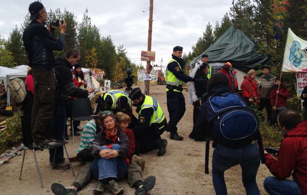 The police arrested several protesters and tried to dismantle the blockade.