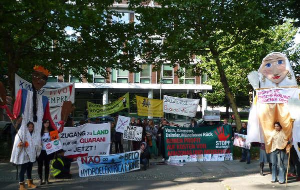 """""""In Berlin forderten gestern Anhänger von Survival, FIAN und anderen Organisationen von Brasilien einen Stopp der bedrohlichen Gesetze und den Schutz indigenen Landes."""""""