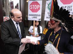 """""""Nixiwaka Yawanawá aus Brasilien überreicht in London einem Botschaftsmitarbeiter einen Protestbrief."""""""
