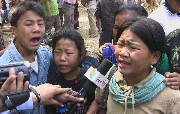 Die Kinder von Buddhapati Chakma, die bei Übergriffen von Soldaten erschossen wurde, sprechen kurz danach mit Journalisten vor Ort.