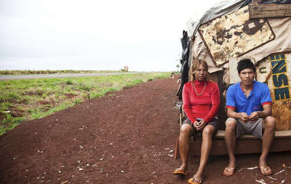 Den Guarani wurde ihr angestammtes Land von Viehzüchtern und Biotreibstoff-Unternehmen gestohlen. Außerdem wurde ihr Wald zerstört.