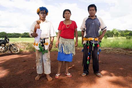 I Guarani sono alla ricerca di quella che chiamano 'la terra senza demonio' da centinaia di anni. Oggi questo demonio si manifesta loro nel modo più tragico: nel corso dell'ultimo secolo hanno perso quasi tutta la loro terra e soffrono il tasso di suicidi più alto al mondo.