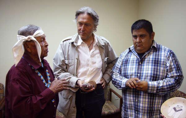 """""""Der Anwalt Pierre Servan-Schreiber mit zwei Priestern der Hopi. Das Bild wurde während der Rückgabe einer Katsina, die er bei der letzten Versteigerung erworben hatte, aufgenommen. (Rechts: Sam Tenakhongva.)"""""""