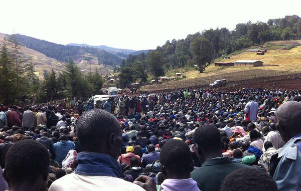 Die Regierung teilt Sengwer, Marakwet und weiteren Einwohnern des Embobut-Waldes mit, dass sie umsiedeln müssen. (März 2013)