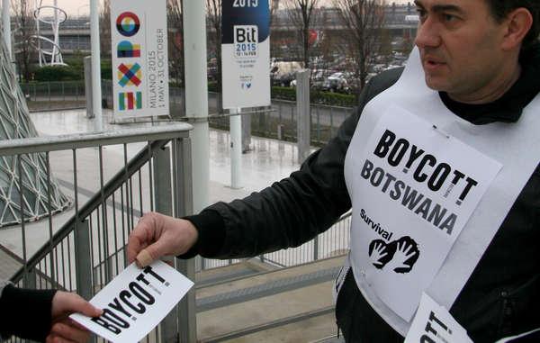 I sostenitori di Survival chiedono ai visitatori del BIT di Milano di boicottare il turismo in Botswana in segno di protesta contro la persecuzione dei Boscimani.
