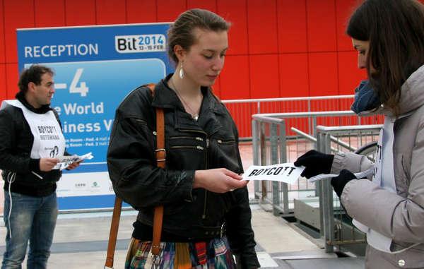 I manifestanti hanno distribuito volantini al Bit, la Borsa Internazionale del Turismo di Milano, e hanno chiesto ai visitatori di sostenere il boicottaggio lanciato da Survival.