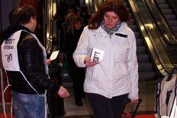 """""""I manifestanti hanno distribuito volantini ai visitatori del Bit, la Borsa Internazionale del Turismo, a Milano. """""""