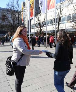 """""""Survival-Unterstützer verteilten Flyer zum Boykott-Aufruf für Botswana an Besucher der ITB-Messe in Berlin."""""""
