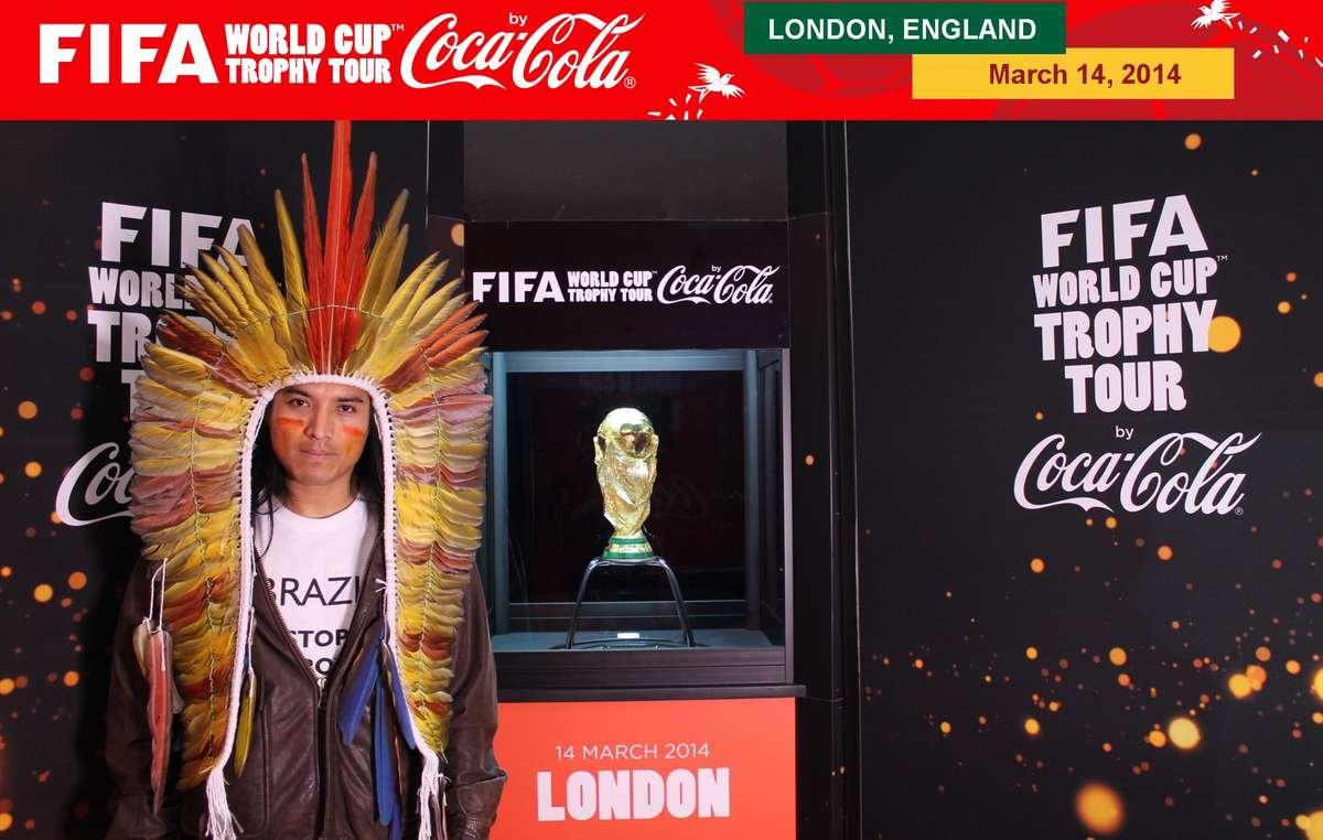 Nixiwaka Yawanawa, vêtu d'un T-shirt portant le slogan 'Brésil : arrêtez le massacre des Indiens', mais Coca-Cola et la FIFA l'ont empêché d'afficher ce message tout en posant à côté du trophée.