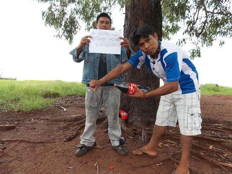 Guarani protestieren gegen Coca-Cola.
