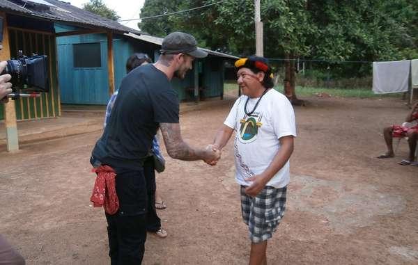"""""""David Beckham traf den Yanomami-Schamanen und Sprecher Davi Kopenawa bei einer Reise nach Brasilien."""""""