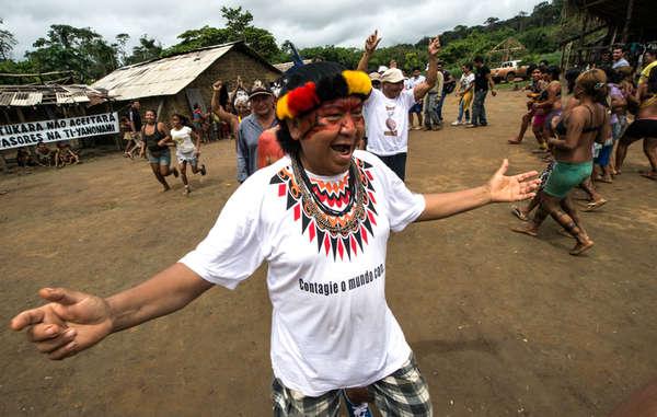 """""""Yanomami-Schamane und -Sprecher Davi Kopenawa feiert den Abzug von Farmern vom Land seines Volkes."""""""