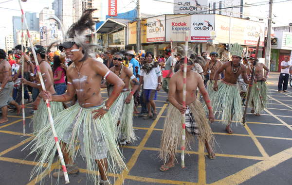 Indigene bei außergewöhnlichem Protest für Landrechte. Brasilien.