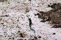 Los sentineleses atacan a los foráneos que se aproximan a su isla. © Servicio de guardacostas de la India/Survival