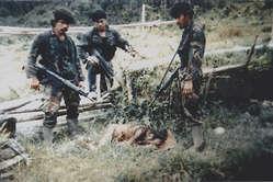 """Fotografía captada a modo de """"trofeo"""" por un soldado indonesio después de que sus camaradas asesinaran a Ninuor Kwalik y a su sobrina de 12 años Daugunme en 1998, Papúa Occidental"""