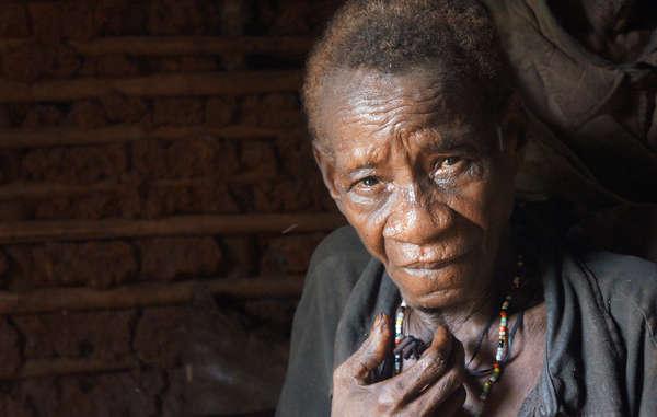 Los guardas forestales atacaron a esta mujer con gas pimienta y destruyeron sus ollas.