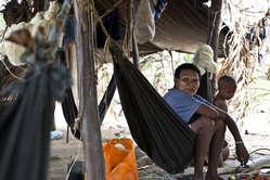 Molti Nukak sono stati costrett a lasciare le loro terre e oggi vivono in campi profughi, lontano dalla foresta.