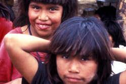 Des Ayoreo-Totobiegosode dans un camp des New Tribes Mission, huit ans après y avoir été emmenés.