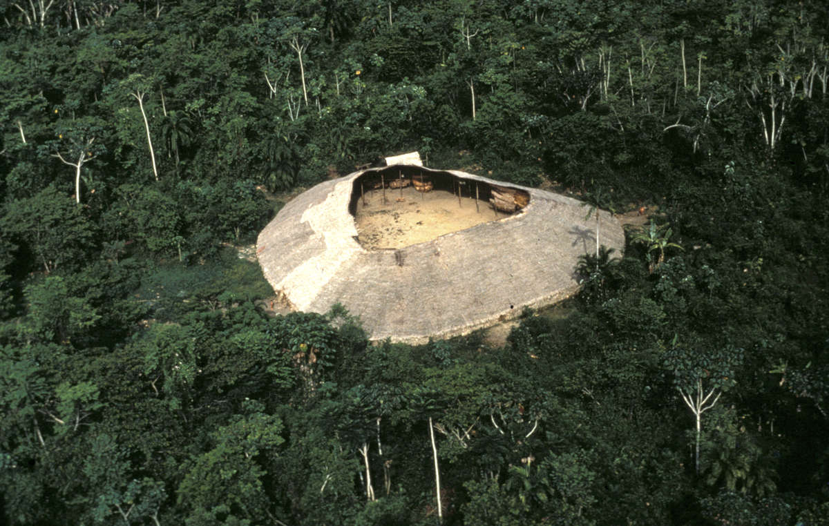 """Lo """"yano"""", la casa comune degli Yanomami, visto dall'alto, Brasile."""