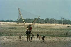 Un pescatore Wichí con le reti usate per pescare i pesci dalle acque fangose del fiume, Argentina.