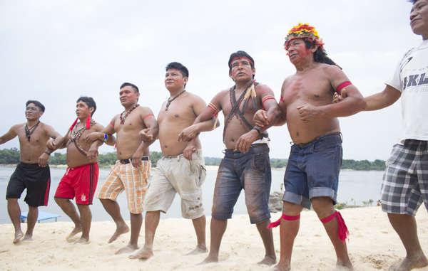 Les Munduruku protestent contre une série de barrages qui, sils venaient à être construits, détruiraient leur forêt.