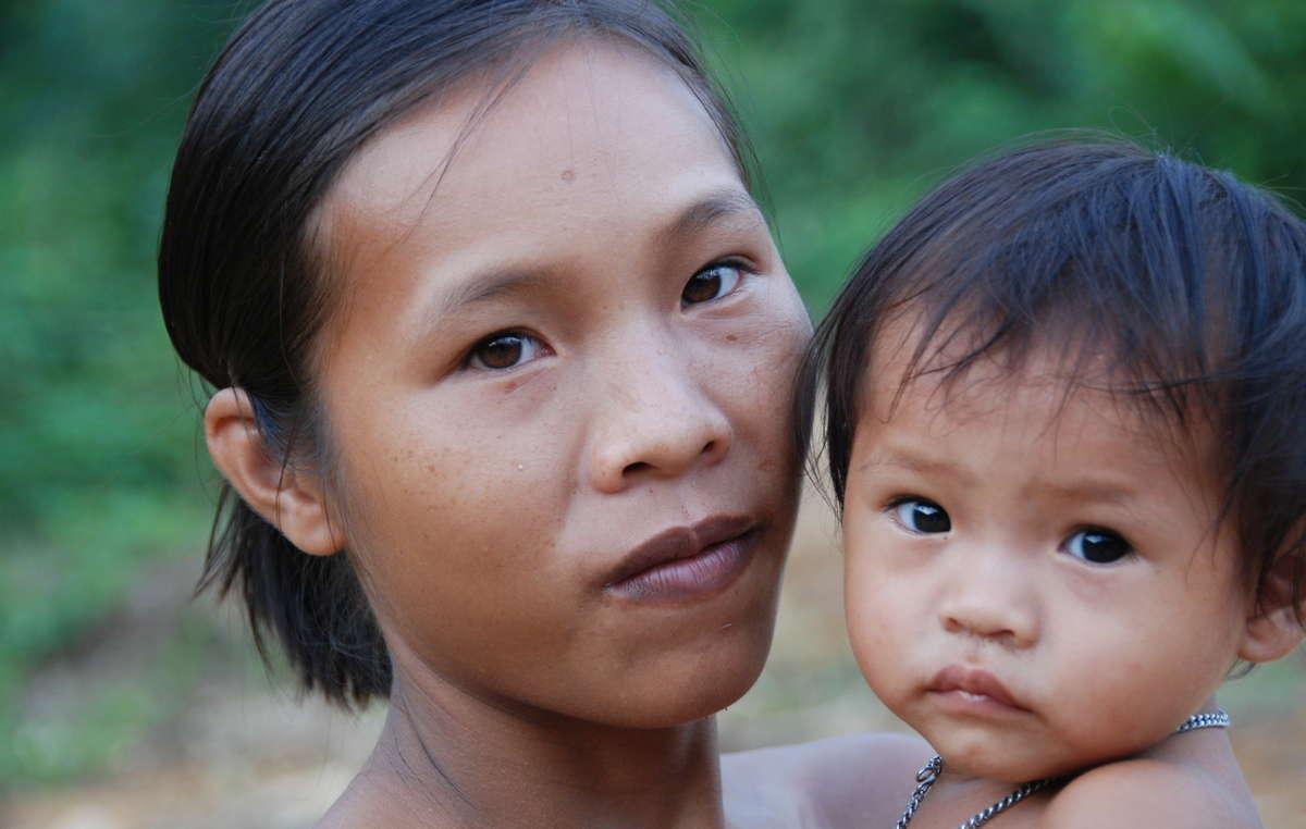 Penan-Mutter mit Kind, Sarawak, Borneo