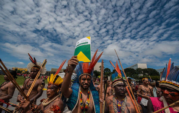 Manifestantes indígenas em Brasília, Brasil.
