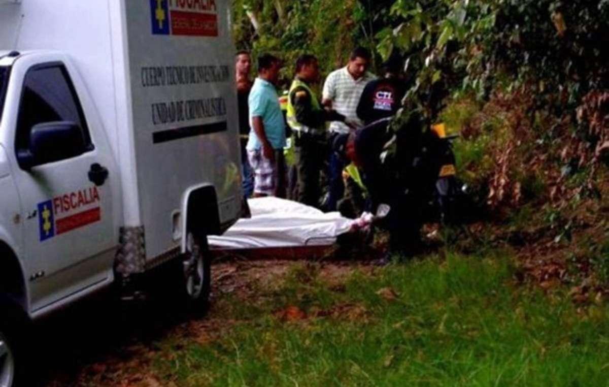 Il corpo di uno dei sei Indiani colombiani uccisi vicino alle loro case, a Cauca.