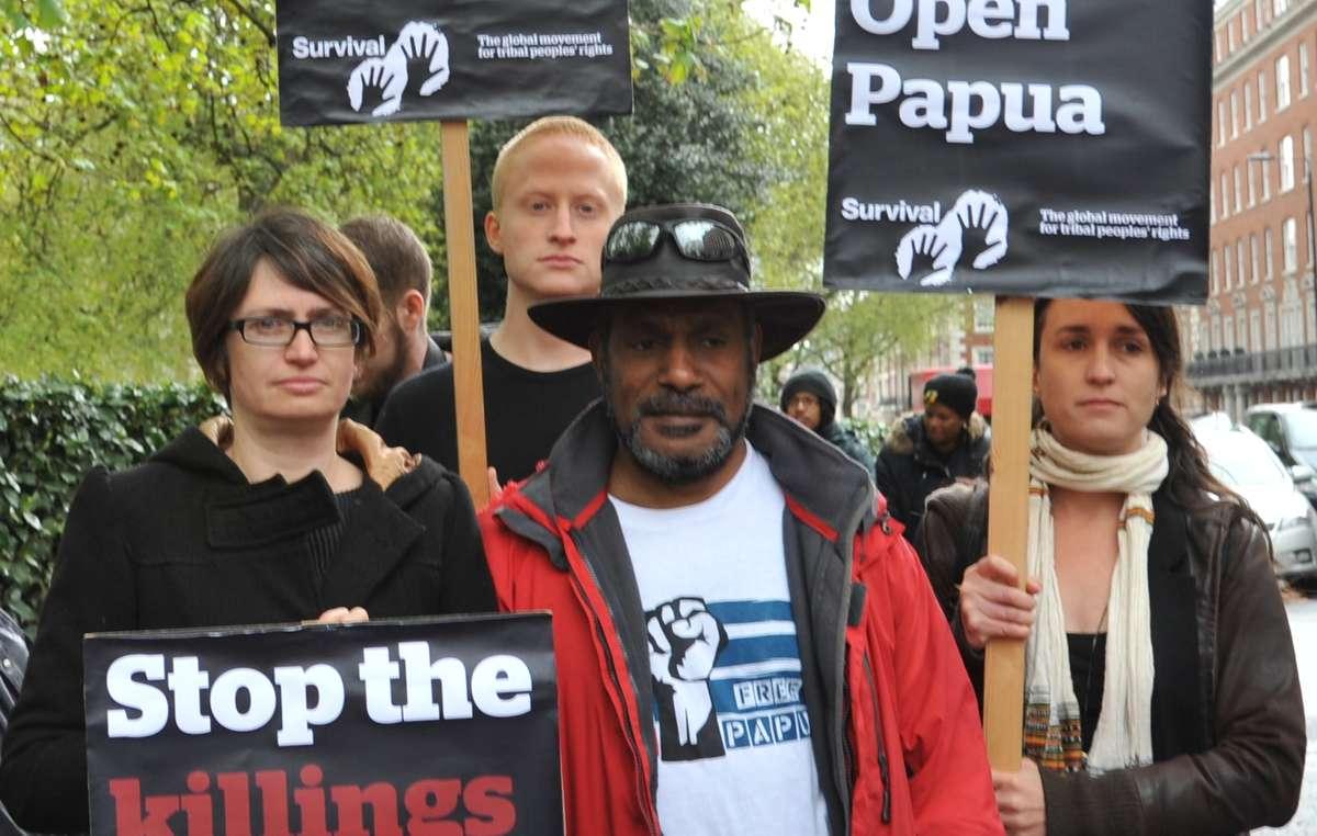 Lattivista papuaso Benny Wenda si è unito ai manifestanti davanti allambasciata indonesiana a Londra.