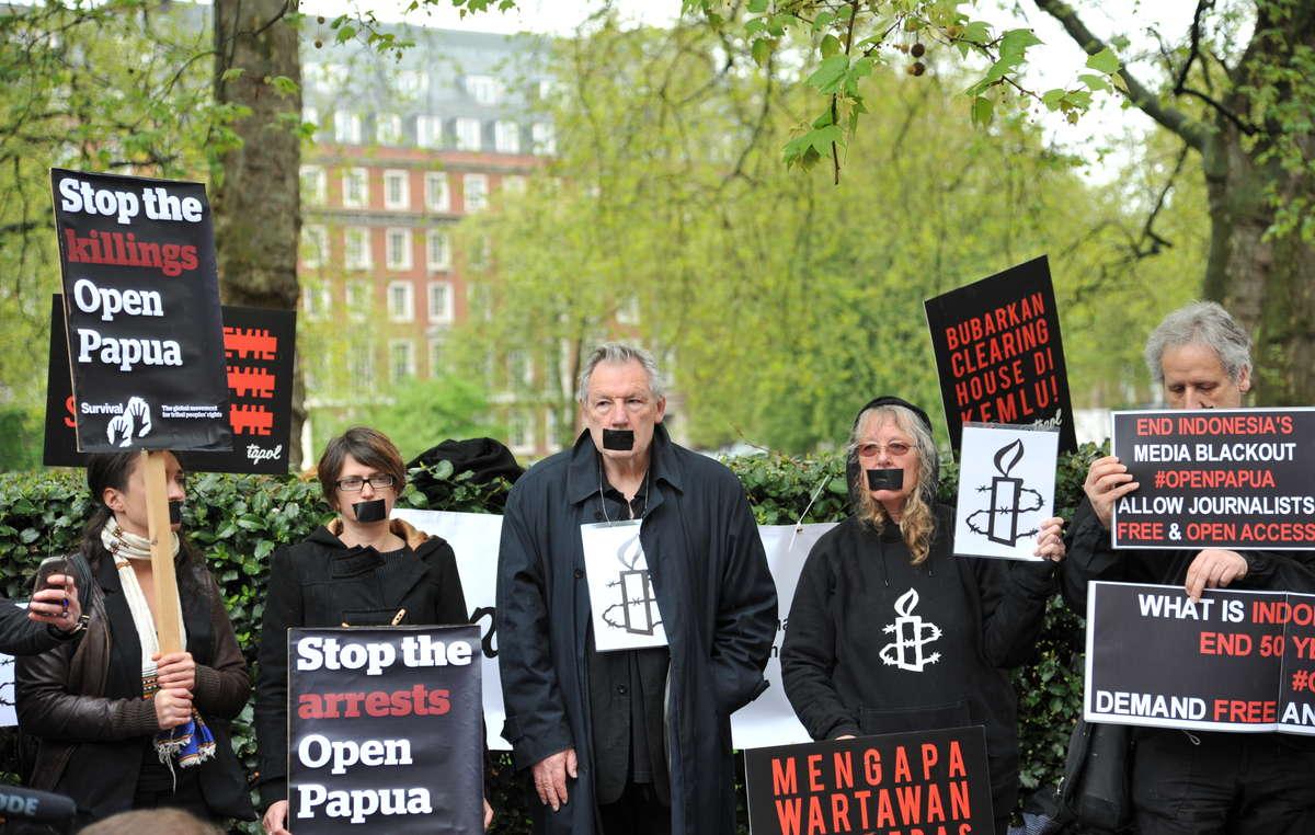 I manifestanti davanti all'ambasciata indonesiana a Londra hanno chiesto Basta arresti e Basta omicidi.