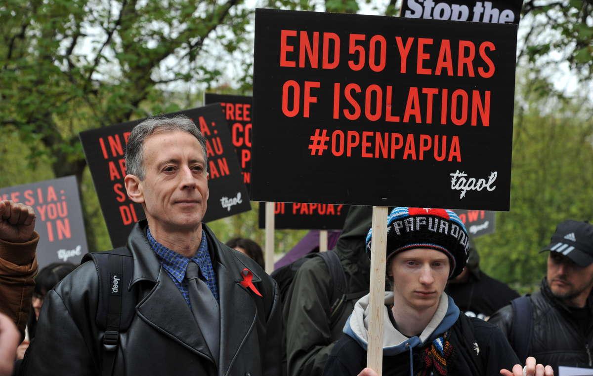 Lattivista per i diritti umani Peter Tatchell si è unito ai manifestanti davanti allambasciata indonesiana a Londra per chiedere la fine dei 50 anni di isolamento del Papua Occidentale.