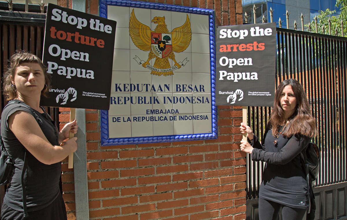 In Spagna, i sostenitori di Survival hanno chiesto Stop agli arresti, accesso libero al Papua.