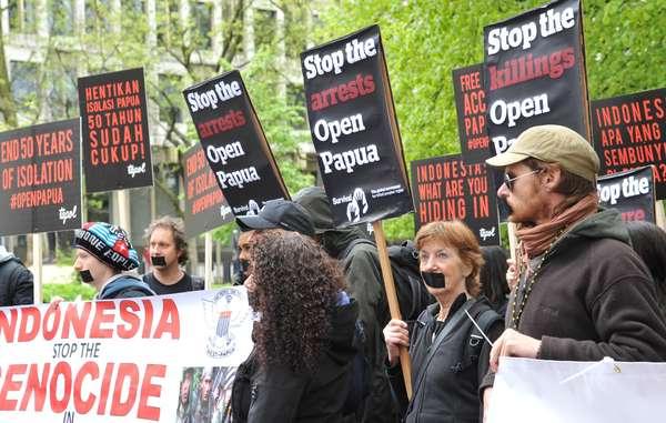 Dutzende Demonstranten versammelten sich heute in zahlreichen Städten weltweit, um freien und offenen Zugang zu West-Papua zu fordern. In Berlin und wie hier in London fanden weltweit Proteste vor indonesischen Botschaften statt.