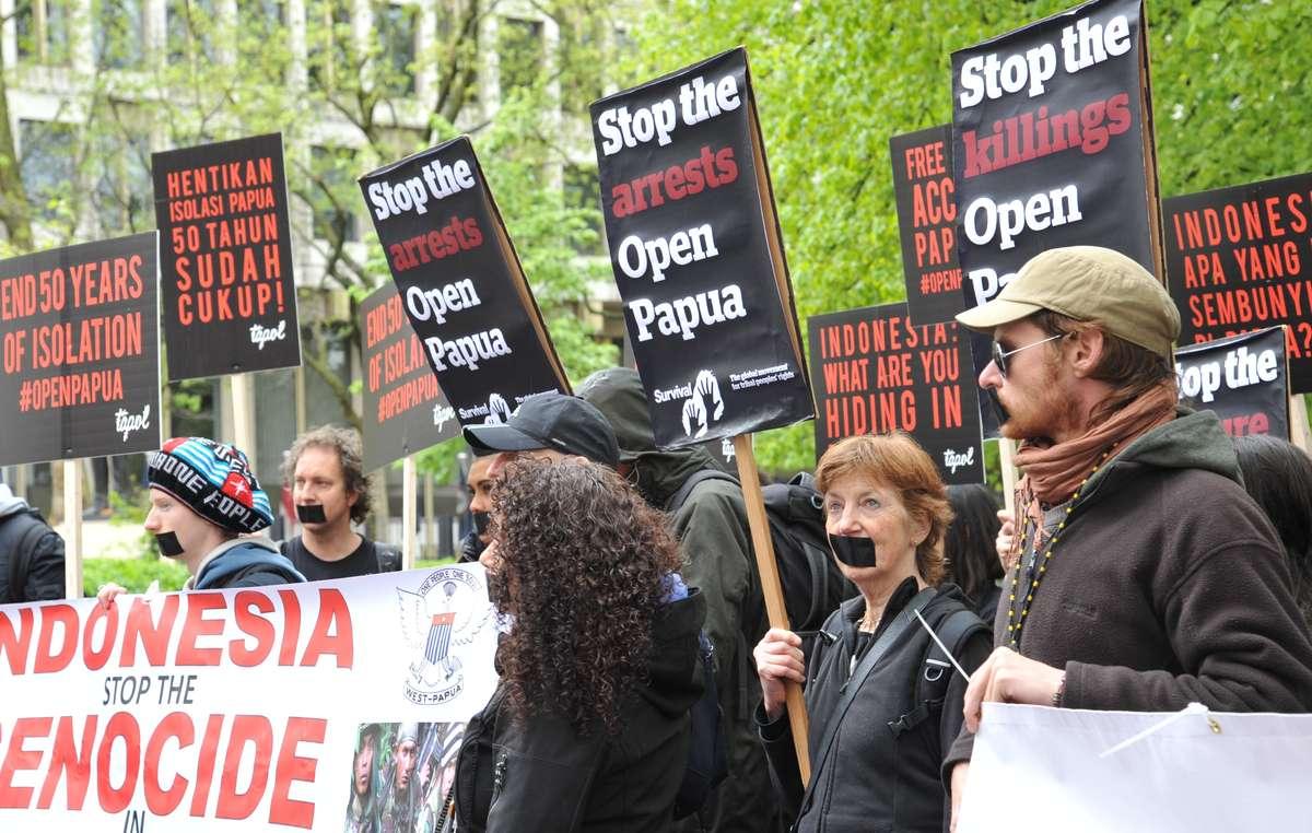 Decine di manifestanti si sono riuniti davanti all'ambasciata indonesiana a Londra per chiedere libero accesso al Papua Occidentale.