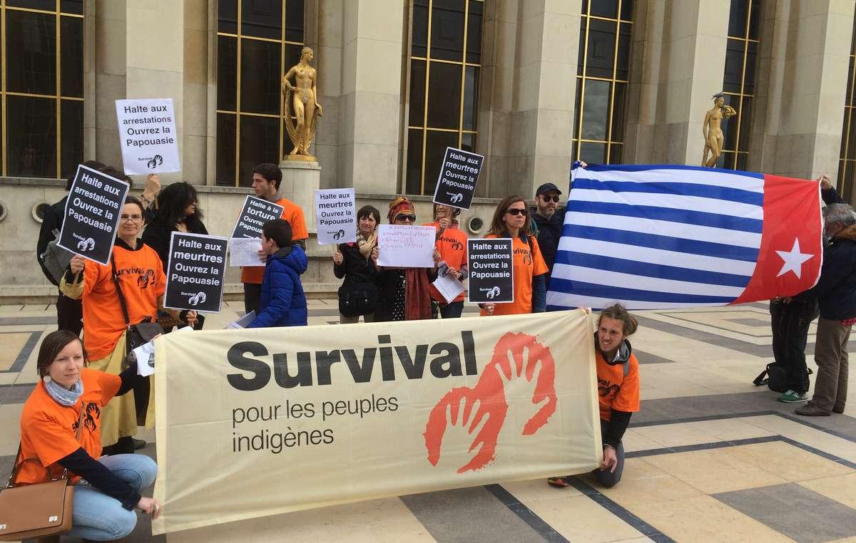 Des dizaines de manifestants se sont rassemblés aujourdhui pour exiger un accès libre et ouvert à la Papouasie occidentale.