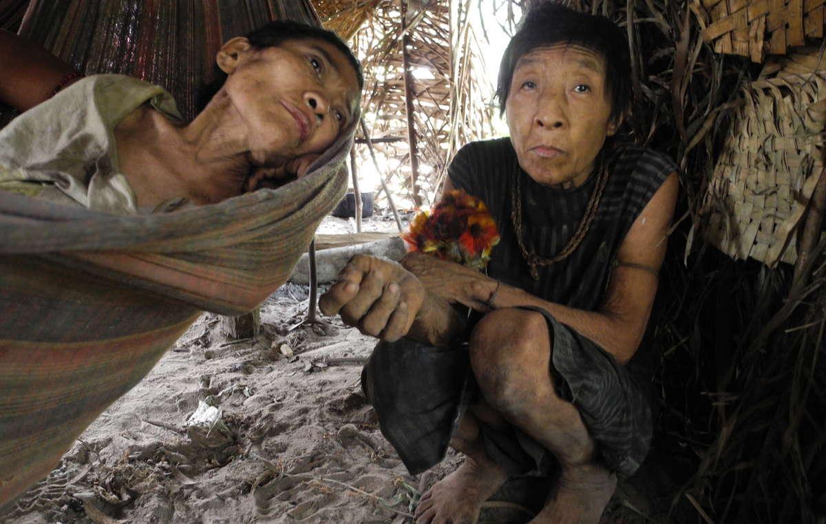 Amakaria y Jakarewyj enfermas en la comunidad awá poco después del contacto.