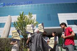 Protesta de Survival International ante la sede madrileña del gigante de la construcción Grupo San José. Madrid, junio de 2015.