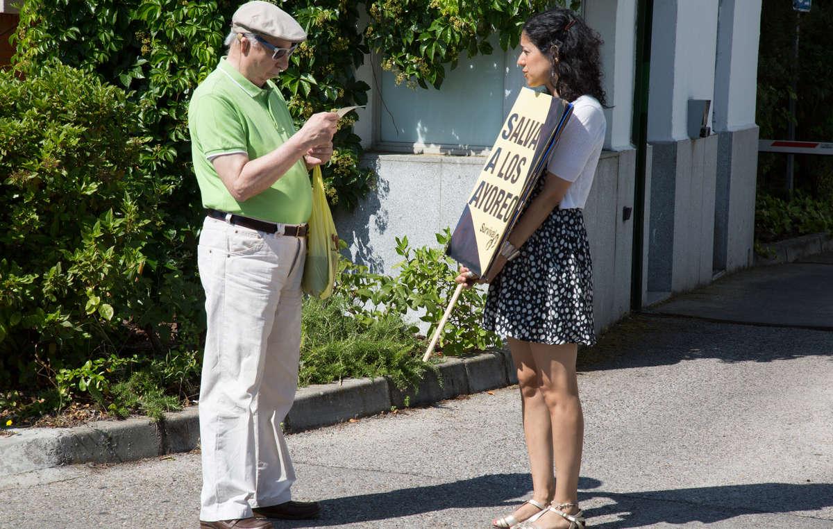 Los activistas distribuyeron hojas informativas sobre la vinculación de GSJ en el acaparamiento de tierras de indígenas aislados en Paraguay. Madrid, junio de 2015.
