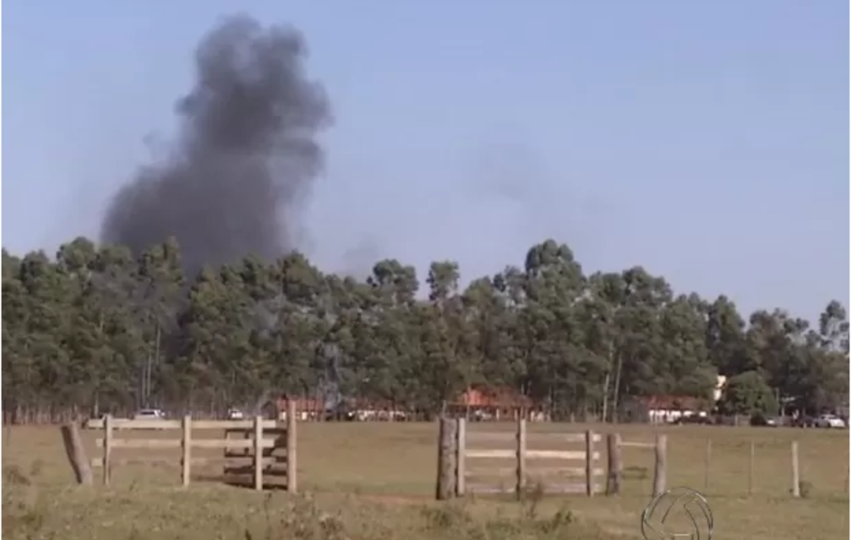 La colonna di fumo proviene dall'incendio della comunità guarani di Kurusu Mba, Brasile.