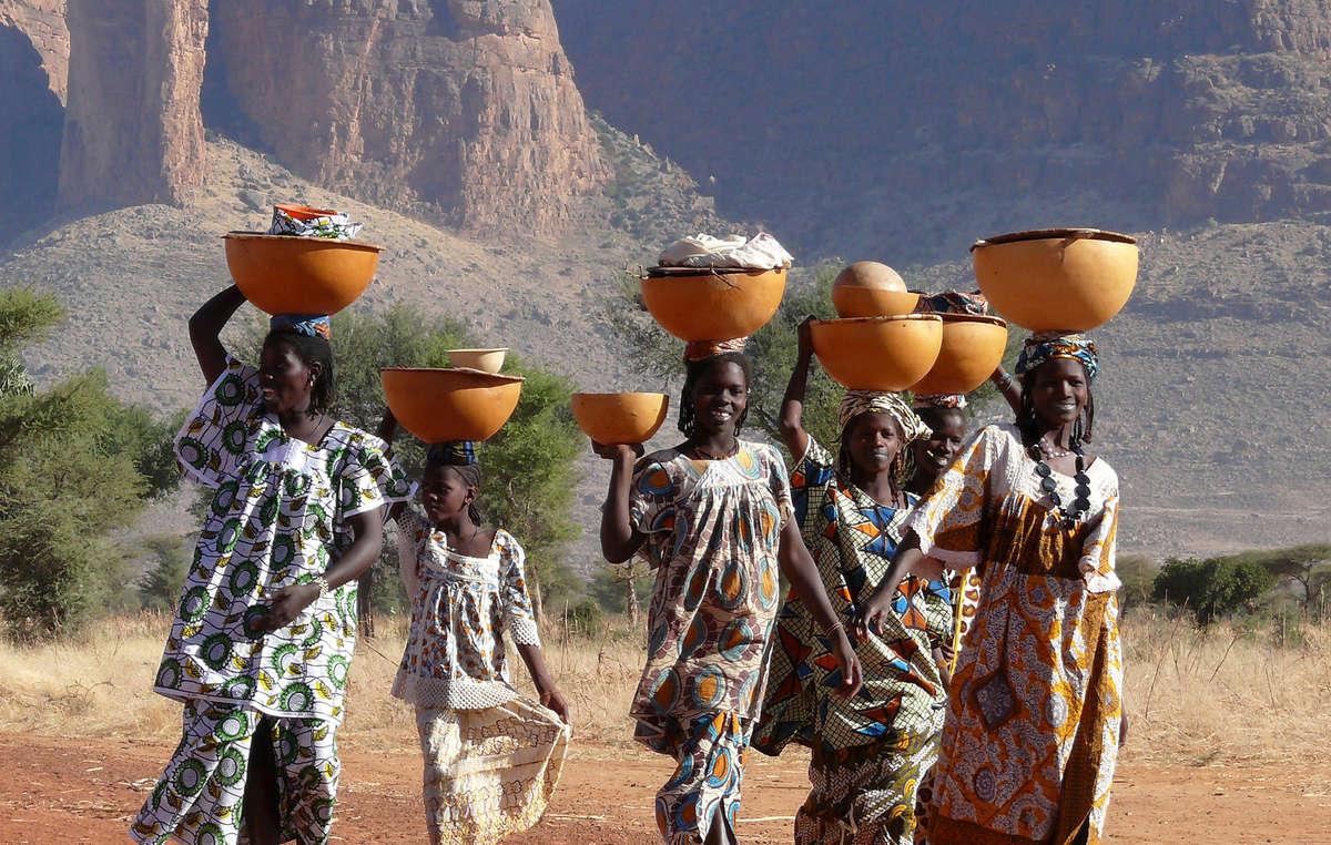 L'œuvre de l'un des finalistes montre des femmes de la tribu peul du Mali qui portent sur leur tête de larges récipients contenant des vêtements et du lait.