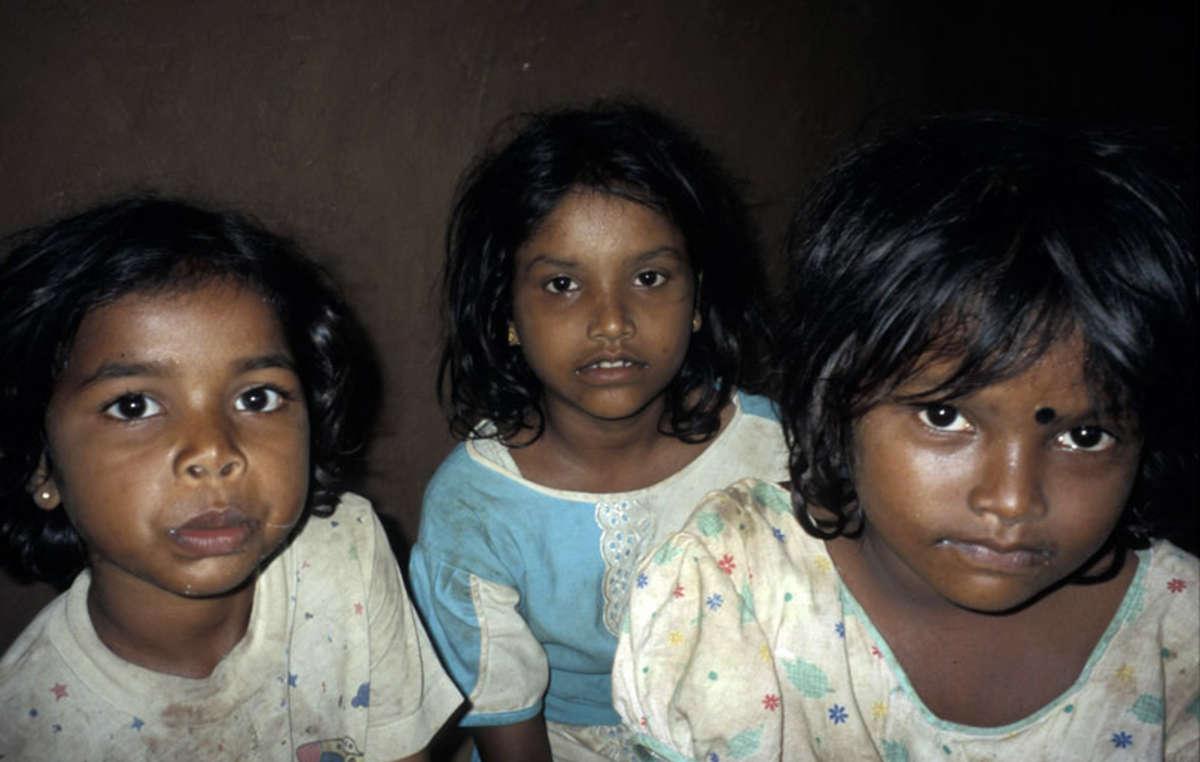 Les enfants wanniyala-aetto apprennent maintenant la langue et la religion de la population cinghalaise dominante.