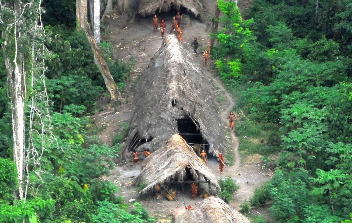 Indiens non contactés du Brésil, mai 2008. Nombre d'entre eux sont menacés par l'exploitation forestière illégale qui sévit du côté péruvien de la frontière.